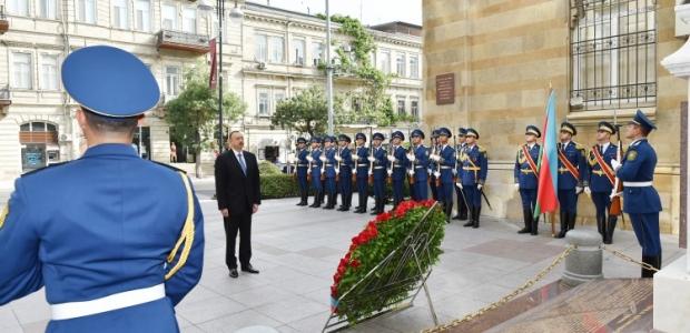 İlham Əliyev cümhuriyyətin şərəfinə ucaldılmış abidəni ziyarət edib