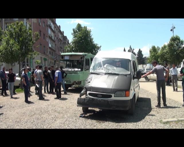 Gəncədə sərnişin avtobusu ilə 2 avtomobil toqquşdu