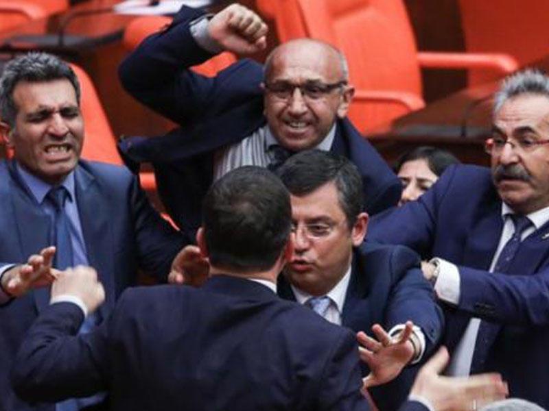 """Divara yazılan sözlər deputatları """"şərəfsiz"""" etdi"""