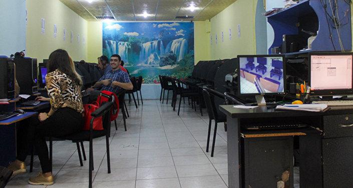 Azərbaycanda internet klublara gedənlərin sayı azalıb