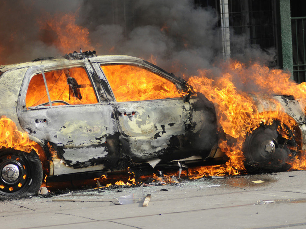 Paytaxtda Mercedes yandı