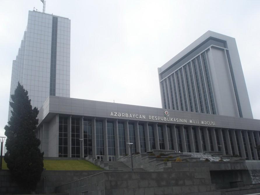 Tibbi maska taxmayanların Milli Məclisin binasında hərəkəti qadağan edilib