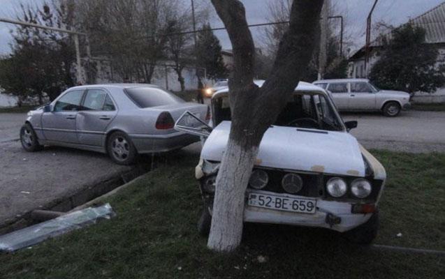 """Taksi """"Mercedes""""lə toqquşdu –Foto"""