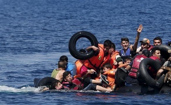 Miqrantları daşıyan gəmi hərbi gəmi ilə toqquşdu