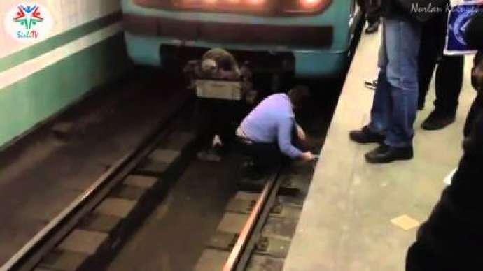 Metroda qadın qatarın altına yıxılıb