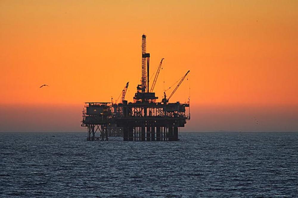 Neft ABŞ-da hasilat barədə yeni məlumatların gözləntiləri fonunda ucuzlaşmaqda davam edir