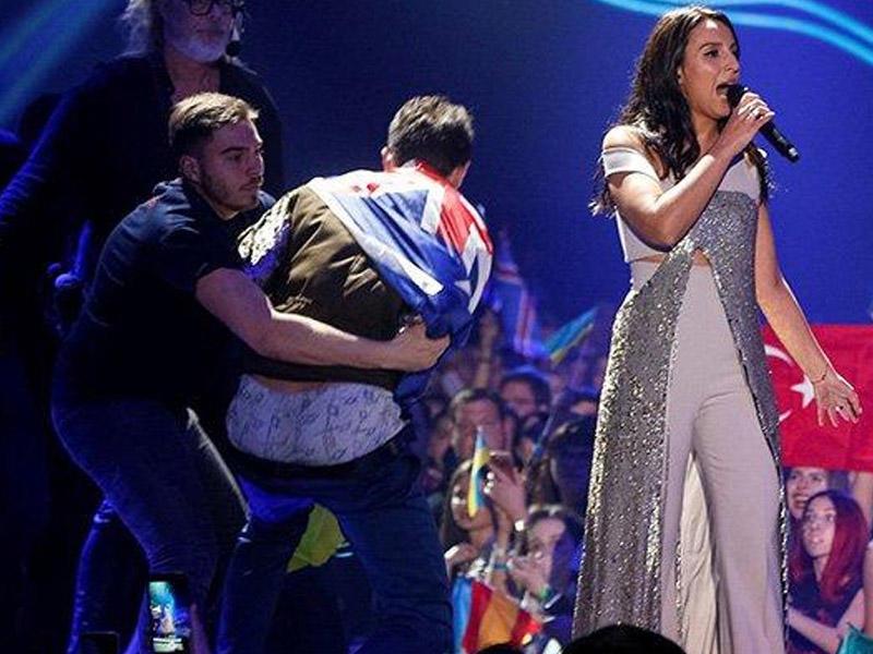 """""""Eurovision""""da şalvarını soyunan jurnalist"""