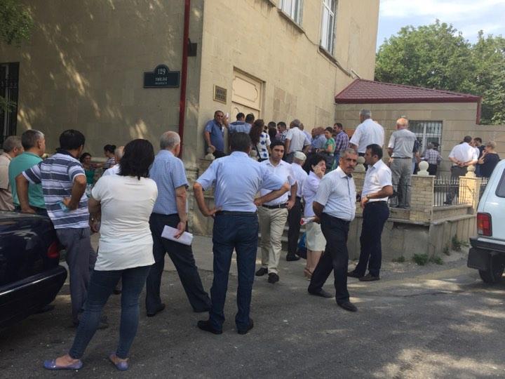 """Məcburi köçkünlər """"Qaçqınkom""""un qarşısına toplaşdı"""