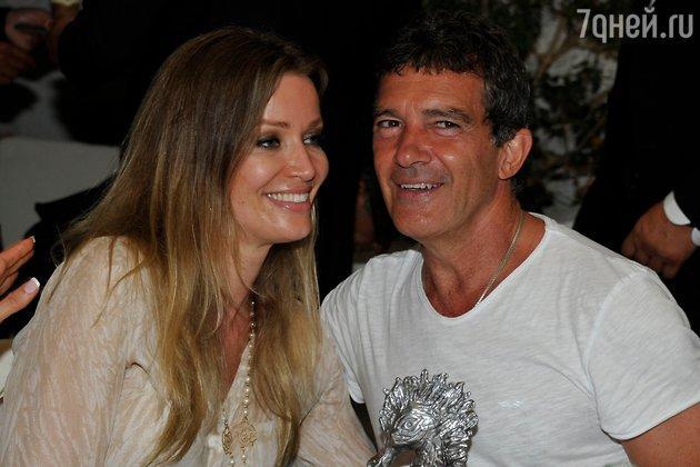 Antonio Banderas özündən 19 yaş kiçik sevgilisi ilə nişanlandı