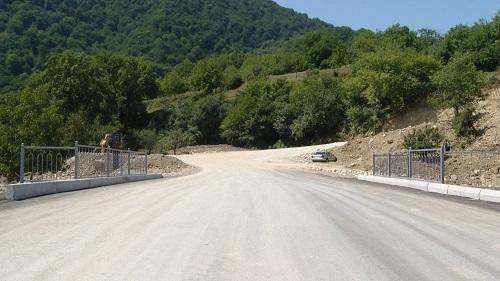 Dağlar arasından və meşədən yol salındı