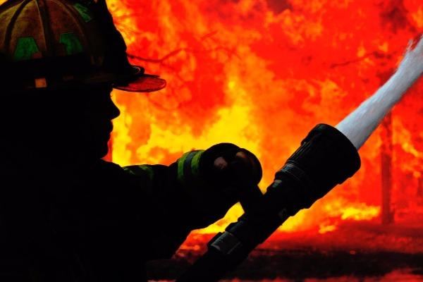 3 otaqlı ev tamamilə yandı