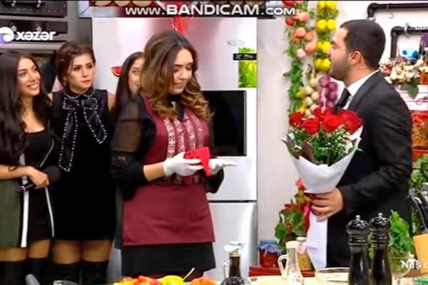 Azərbaycanlı aparıcı canlı efirdə evlilik təklifi etdi
