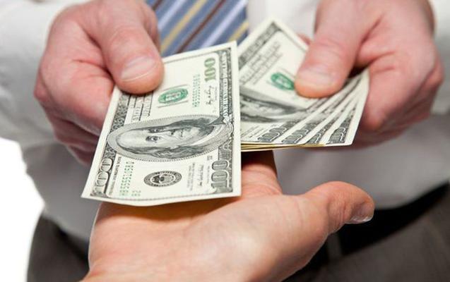 Dollar fond bazarında çaxnaşma fonunda bahalaşır