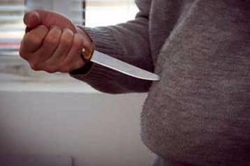 Özü-özünü bıçaqladı