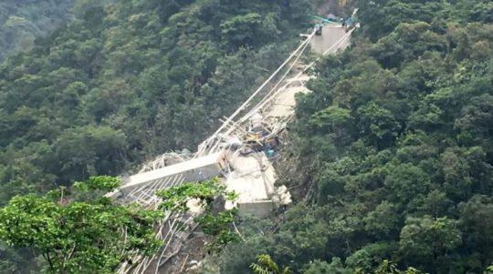 Kolumbiyada körpü çökdü