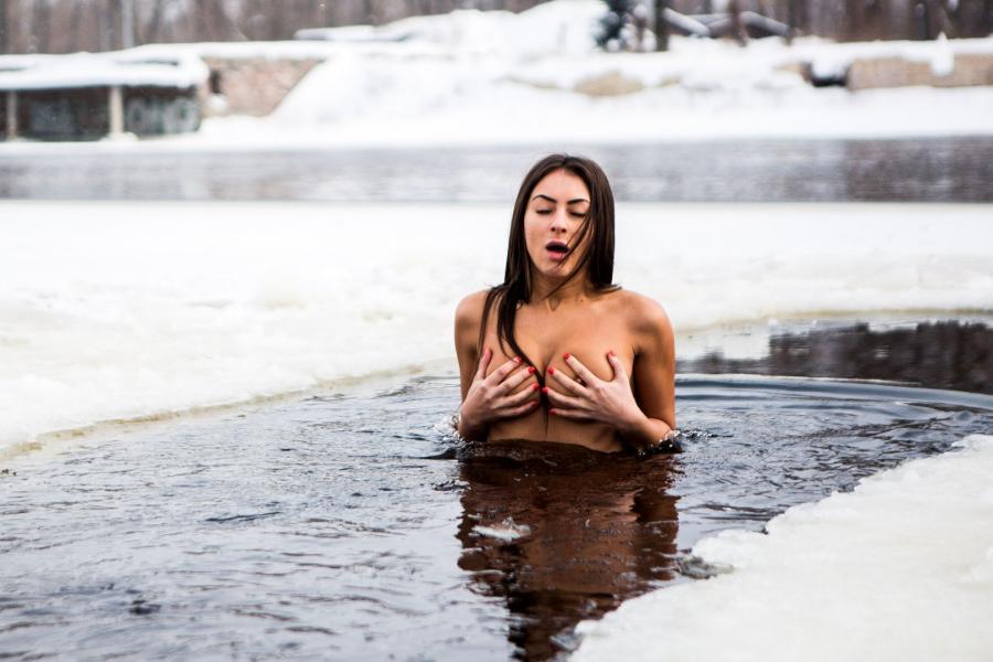 Həftədə bir dəfə buz kimi suya girir