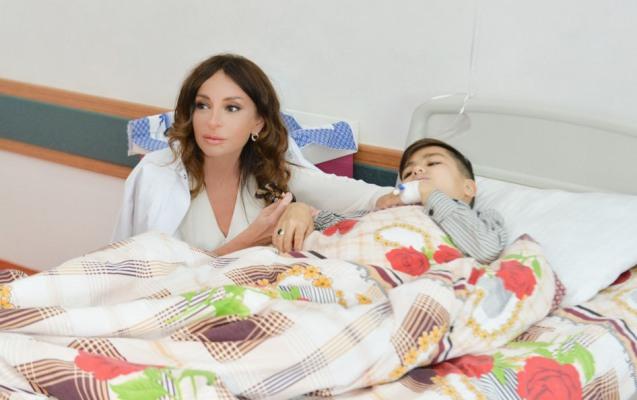 Mehriban Əliyeva qızı ilə Talassemiya Mərkəzində –