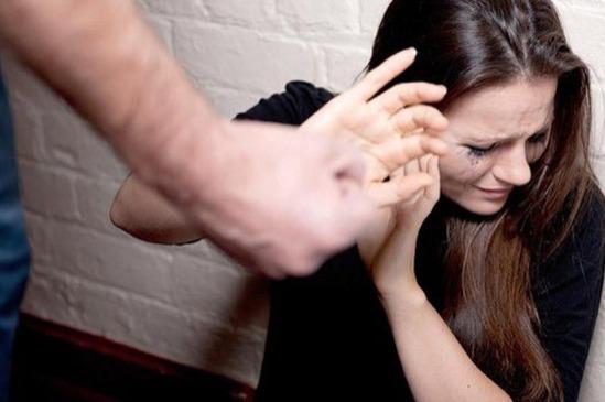 Gənc qız Bakıda küçənin ortasında ayrıldığı nişanlısı tərfindən döyüldü