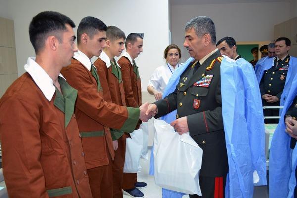 Zakir Həsənov müalicə olunan hərbçilərə baş çəkdi