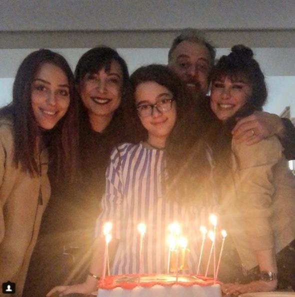 Məşhur rejissor iki arvadı ilə birlikdə qızının doğum gününü qeyd etdi