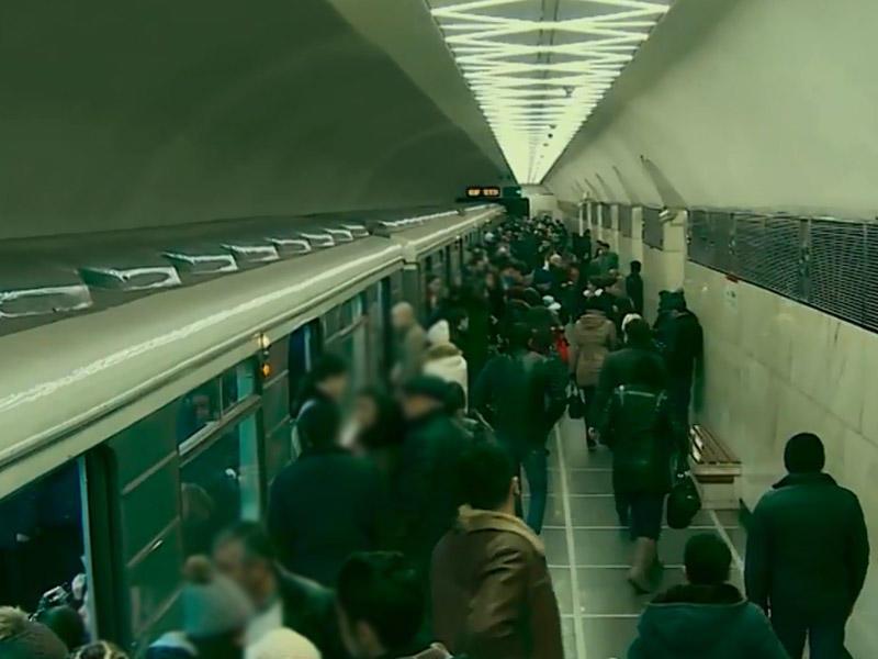 Bakı metrosunda qadın özünü qatarın altına atdı –