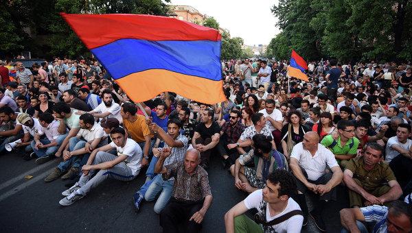 Ermənistanda hökumət evi mühasirəyə alınıb