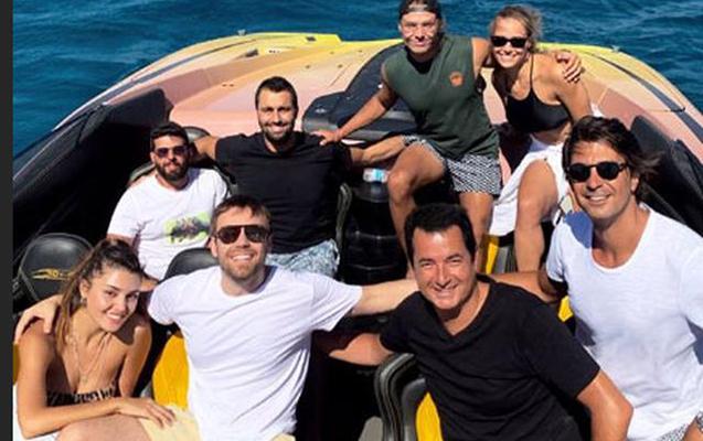 Murat Dalkılıçla sevgilisi Hande Erçel Acunun gəmisində istirahətdə