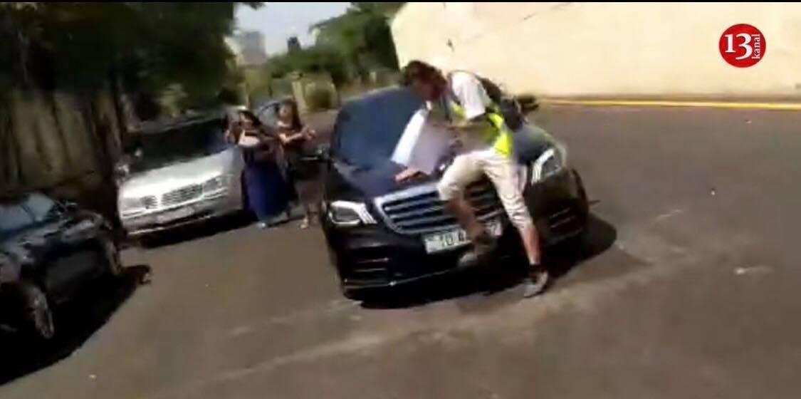 """""""Kanal 13"""" Abid Şərifovun avtomobilinin üstünə çıxan əməkdaşı ilə yollarını ayırdı"""