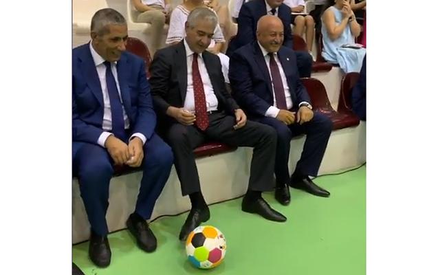 Əli Əhmədov uşaqlarla futbol oynadı