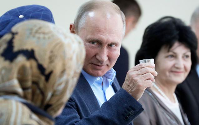Putin 20 il sonra bir stəkan araq içərək vədinə əməl etdi