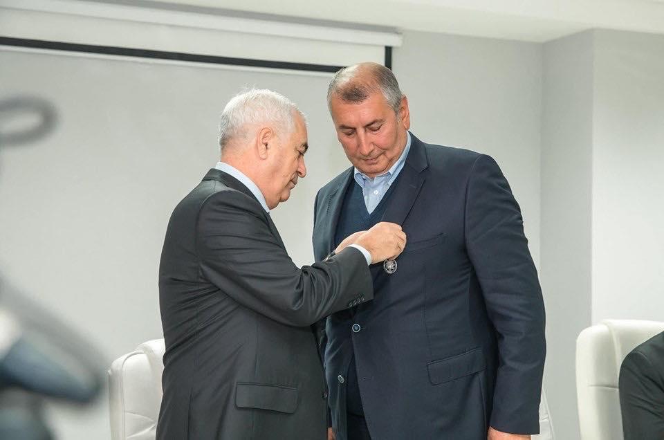 Prezidentin ordenini ona Cavid Qurbanov təqdim etdi