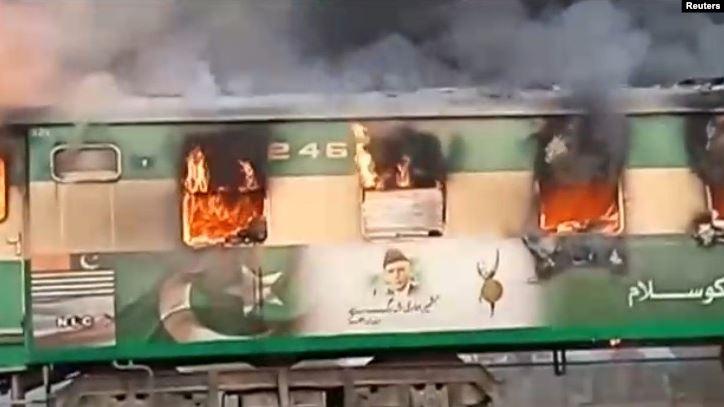 Pakistanda sərnişin qatarı yandı