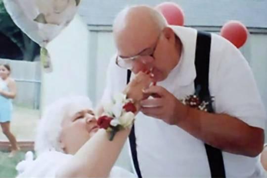 76 yaşlı qadının ölmüş ərinin külünü oğurladılar
