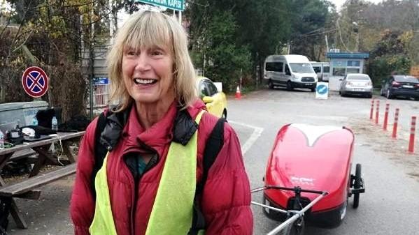 73 yaşlı bu qadın İngiltərədən piyada Azərbaycana gəlir – VİDEO