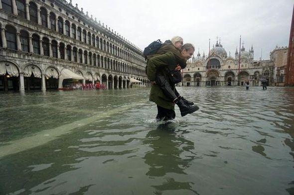 Venesiya şəhəri su altında ile ilgili görsel sonucu