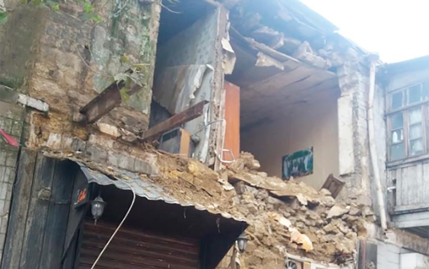 Bakının mərkəzində ikimərtəbəli bina uçdu – VİDEO