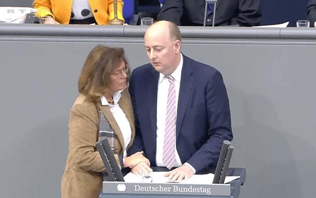 Almaniyalı deputat tribunada insult keçirdi