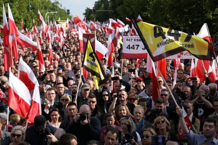 Polşada minlərlə insan prezidentin qərarına etiraz edir –