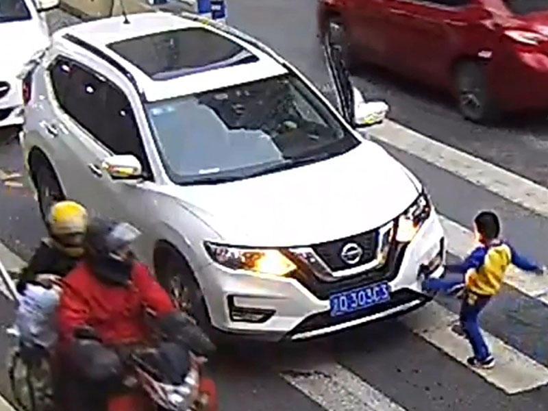 Uşaq anasını vuran avtomobili təpikləyib, sürücünü hədələdi – Anbaan VİDEO