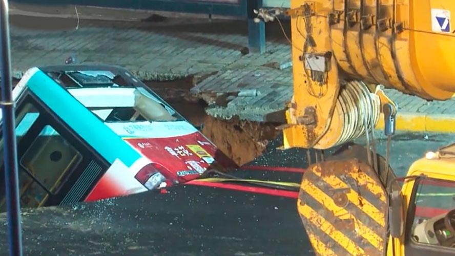 Çində avtobus çökən yolun içinə düşdü: 6 ölü, 15 yaralı – VİDEO