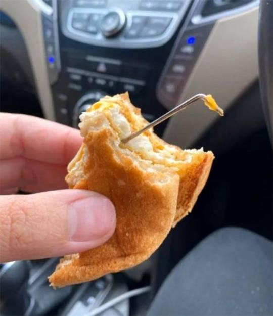 Sifariş olunan hamburgerin içindən metal çubuq çıxdı