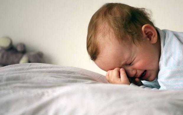 Uşaq 16 saat koronavirusdan ölən anasının cəsədi ilə tək qalıb