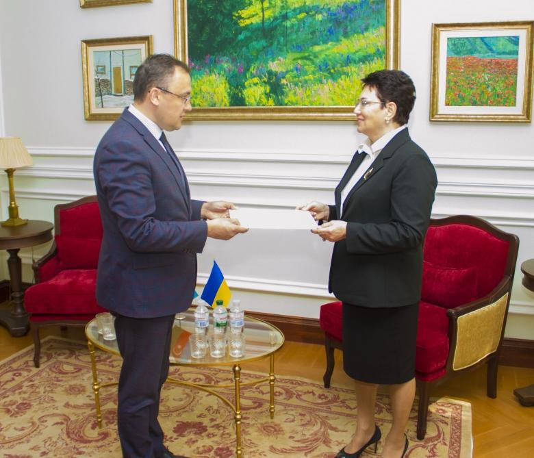 Elmira Axundova səfir etimadnaməsini Ukrayna XİN rəsmisinə təqdim etdi –