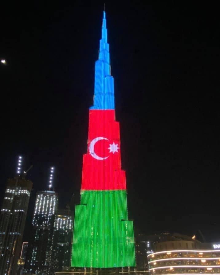 Dünyanın ən hündür binasında Azərbaycan bayrağı əks olundu