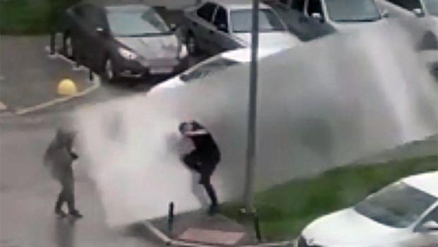DƏHŞƏT: Şiddətli külək kişini qaldırıb asfalta çırpdı –