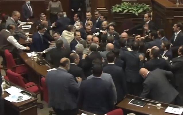 Erməni deputatlar parlamentdə dalaşdılar: Yumruqlar havada uçuşdu –